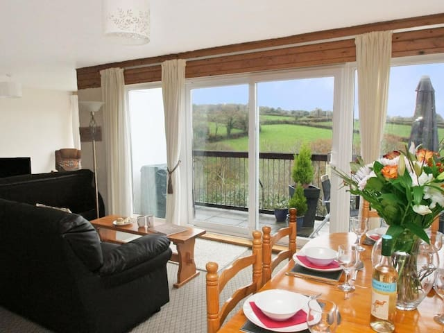 TAMAR VALLEY VIEW, pet friendly, with pool in Callington, Ref 959741
