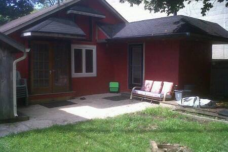 Beautiful Crystal Beach Cottage Steps from beach - Fort Erie - Stuga