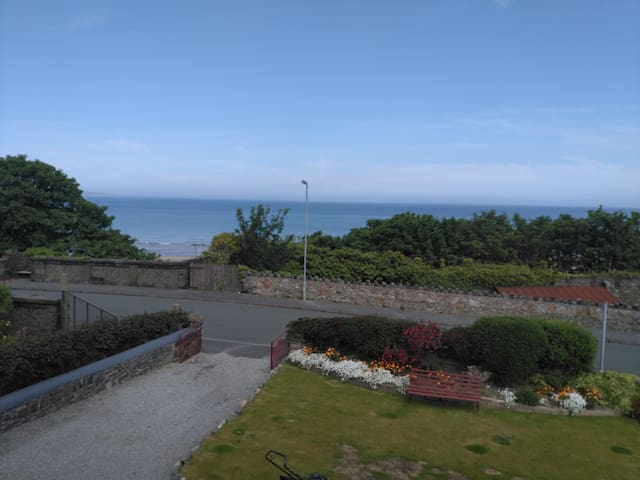 Old chapel with sea views, 5 bedrooms, sleeps 10 - Penmaenmawr - Hus