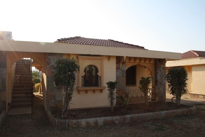 Private Villa in Udaipur Beside a River ! - Kodiyat - Villa