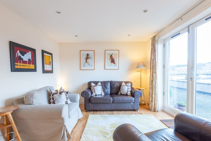 2 double bed riverside flat in centre, Inverness