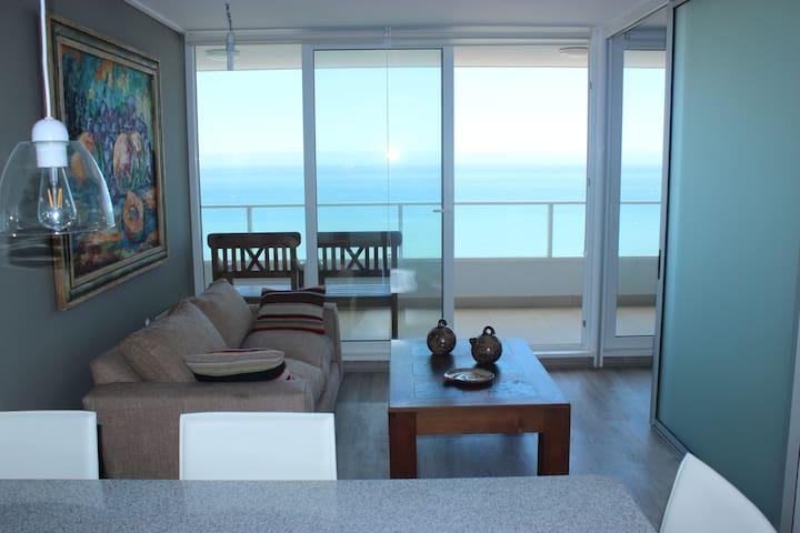 Living con salida a terraza y con gran vista al mar..