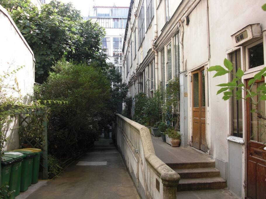 montparnasse studio dans immeuble historique appartements louer paris le de france france. Black Bedroom Furniture Sets. Home Design Ideas