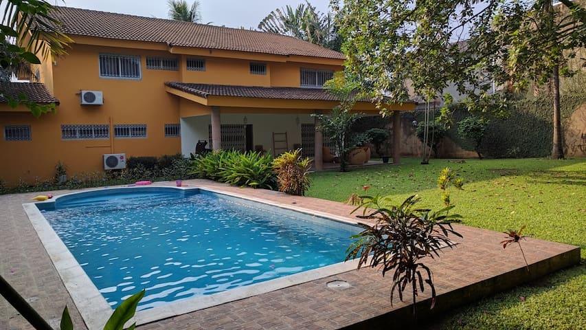 Chambre confortable dans grande villa avec piscine - Abidjan - Hus