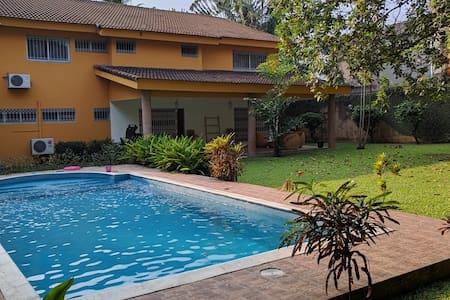 Chambre confortable dans grande villa avec piscine - Abidjan - House