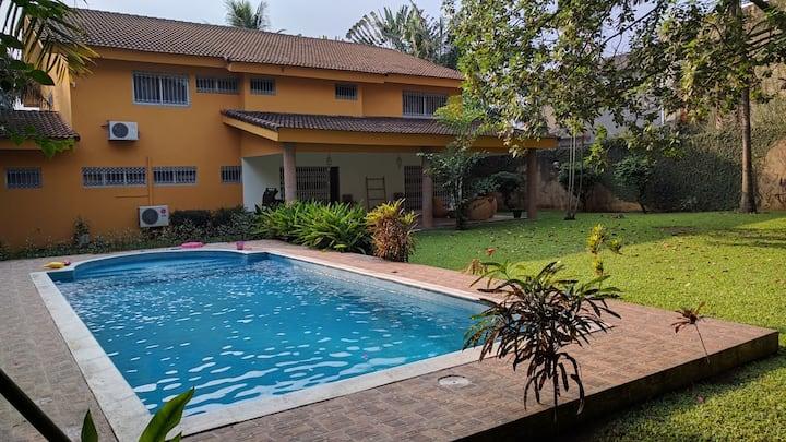 Chambre confortable dans grande villa avec piscine