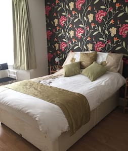 Sunny light & airy double bedroom - Havant