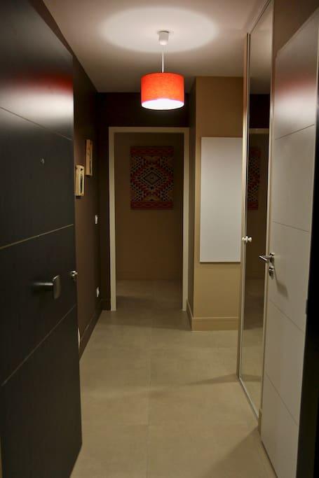 Sas d'entrée avec placard, WC séparé, salle de douche