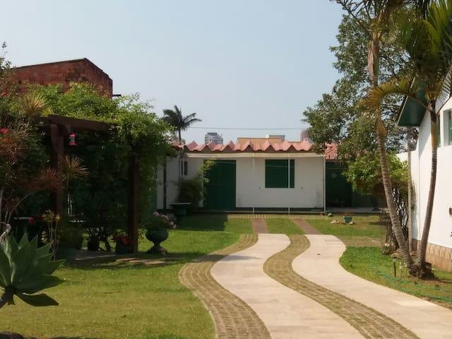 Casa confortavel em area verde prox Praia da Cal