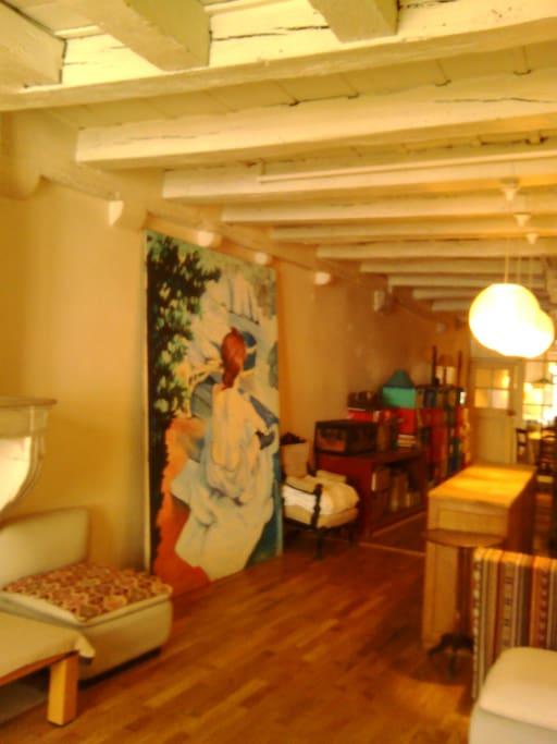 1er étage... Parquet chêne massif, poutres, cheminée (sans utilisation)   21 m de long, salon avec 2 lits bas sur tatamis, fauteuils et poufs, 2 tables basses