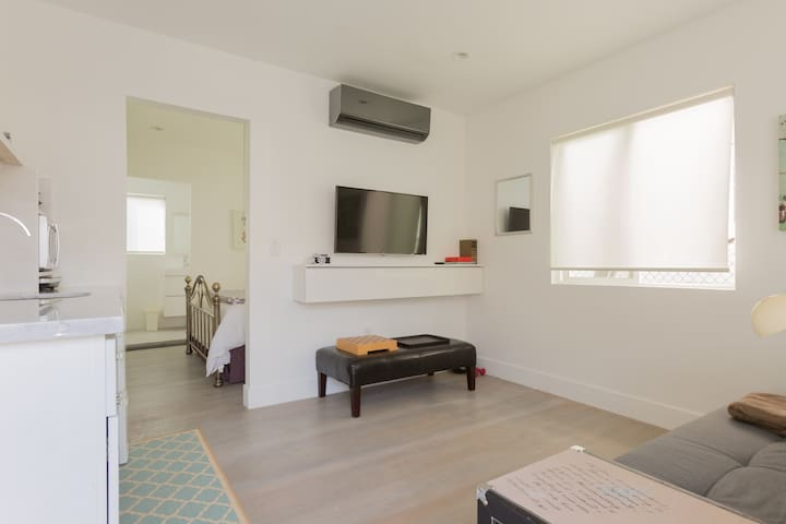 Echo Park Off-Sunset Minimalist Bungalow w/Parking