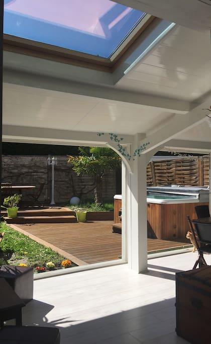 Dès qu'il fait beau, la maison s'ouvre complètement sur un jardin très agréable. Un vrai régal !