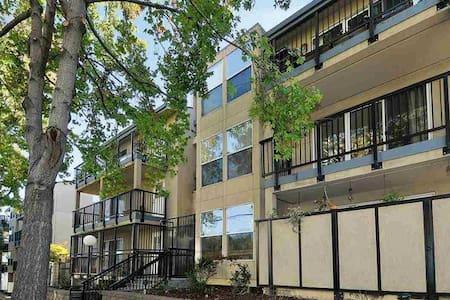 Urban Living Quaint Neighborhood - Oakland - Condominium