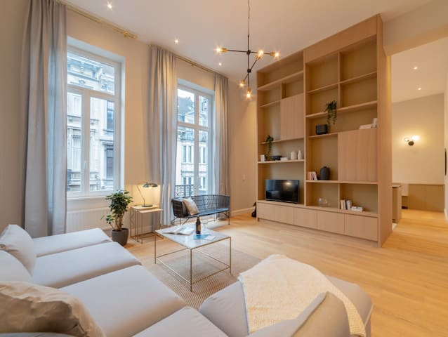 Exquisite Spacious 1BDR with Balcony * Grand Sablon * Sleeps 4