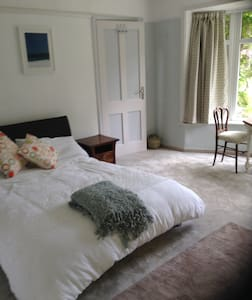 Large, bright ensuite double room - Falmouth - Casa