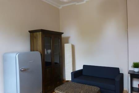 Großes Zimmer mit getrenntem Schlaf-/Essbereich - House