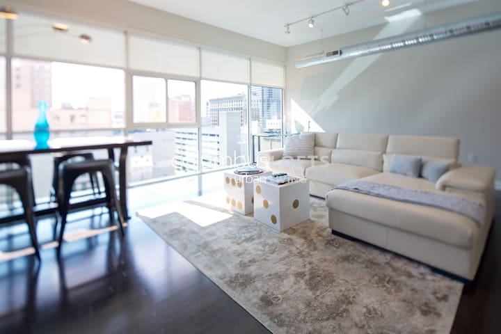 Sleek Top-Floor 2BR Penthouse—DOWNTOWN/CONV CENTER