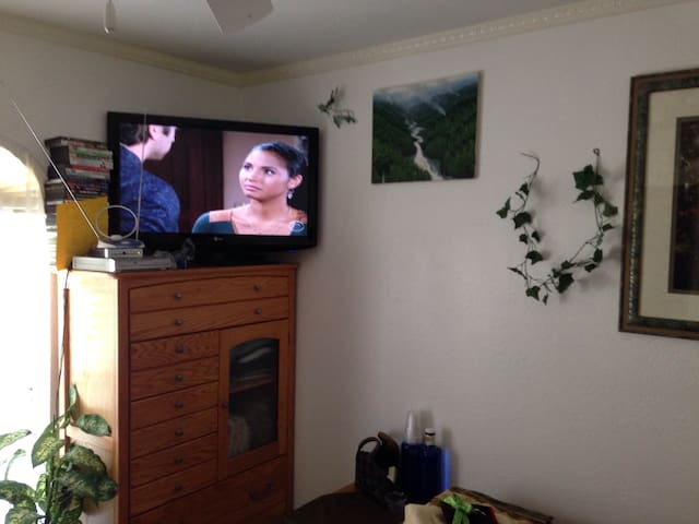 "Front Bedroom with 37"" Flatscreen HDTV with over 60 local broadcast antenna stations"