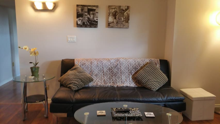 Beautiful, Bright and Cozy Suite Minutes from WEM! - Edmonton