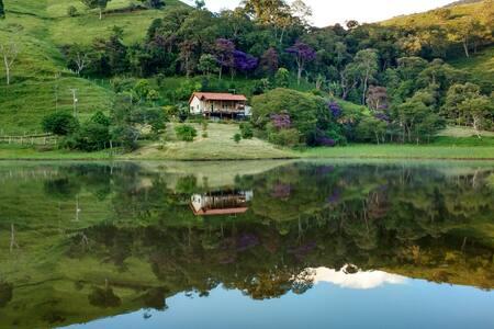 Sítio com lago entre as montanhas para relaxar.
