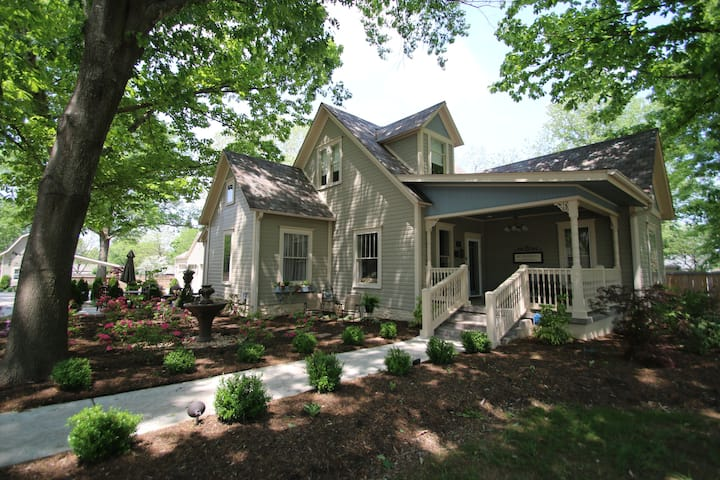 Under the Oak/ 3 airbnbs 1 property large group