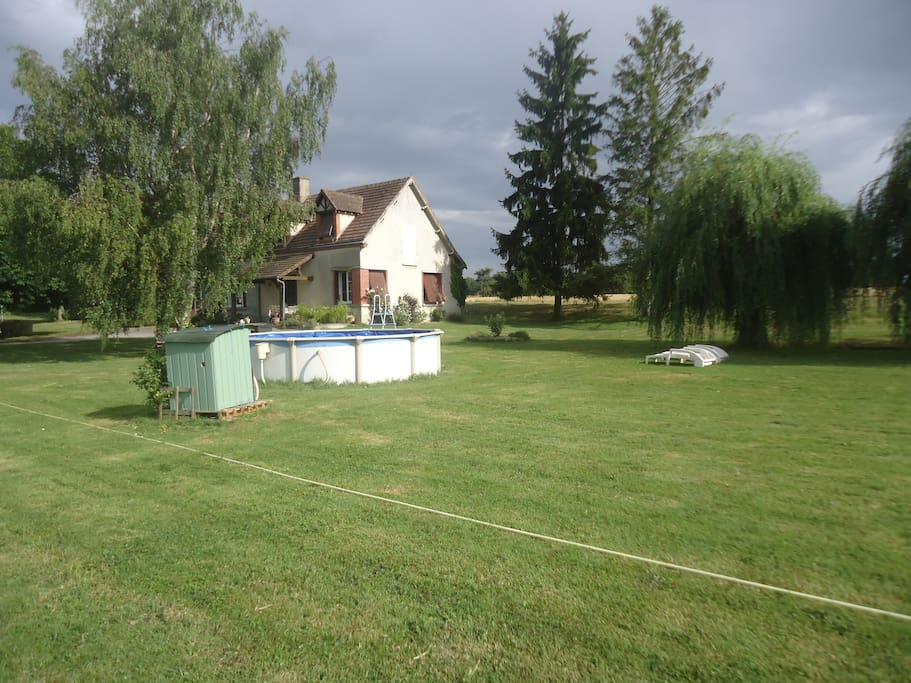 Le jardin avec piscine hors-sol