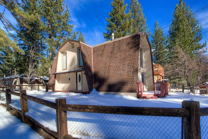 Unique Remodeled Cabin, BBQ, Air Conditioning, Close to Town (CYH1046)