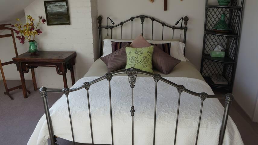 Character-filled Edwardian Bayside accommodation - Sandringham - House
