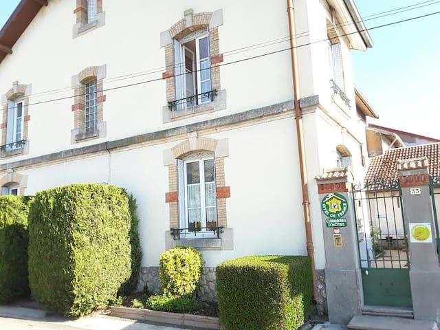 Chambre privée rouge 16 km de Verdun - Consenvoye - เกสต์เฮาส์