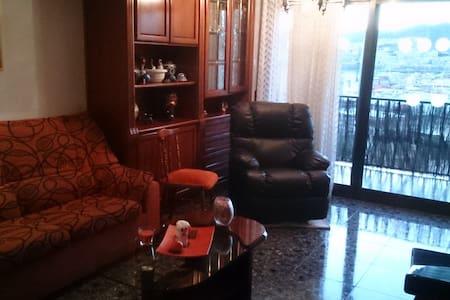 habitacion sencilla con una cama - Santa Coloma de Gramenet - Apartamento