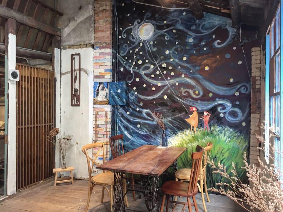 星辰房間外咖啡廳空間,位於二樓,夜間可當做自己的客廳~
