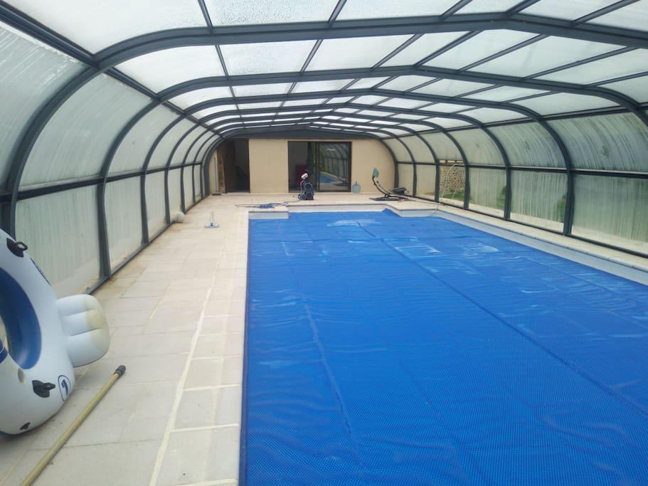 vue de la piscine , raccordée au pool house