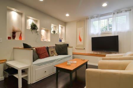 Comfy & Stylish Wallingford 2br Urban Village Flat - Seattle - House