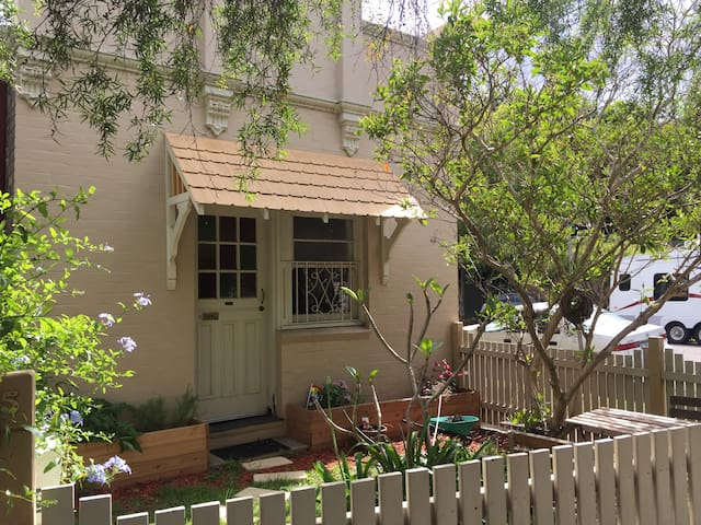 Charming Newtown Cottage - Minutes from Enmore Rd