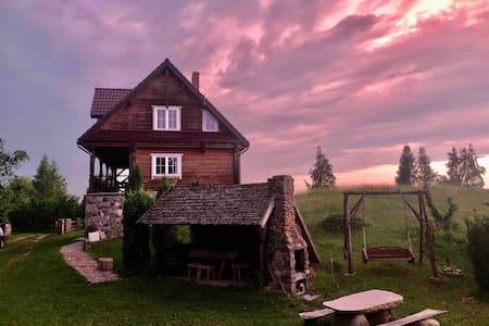 Drewniany dom na górce