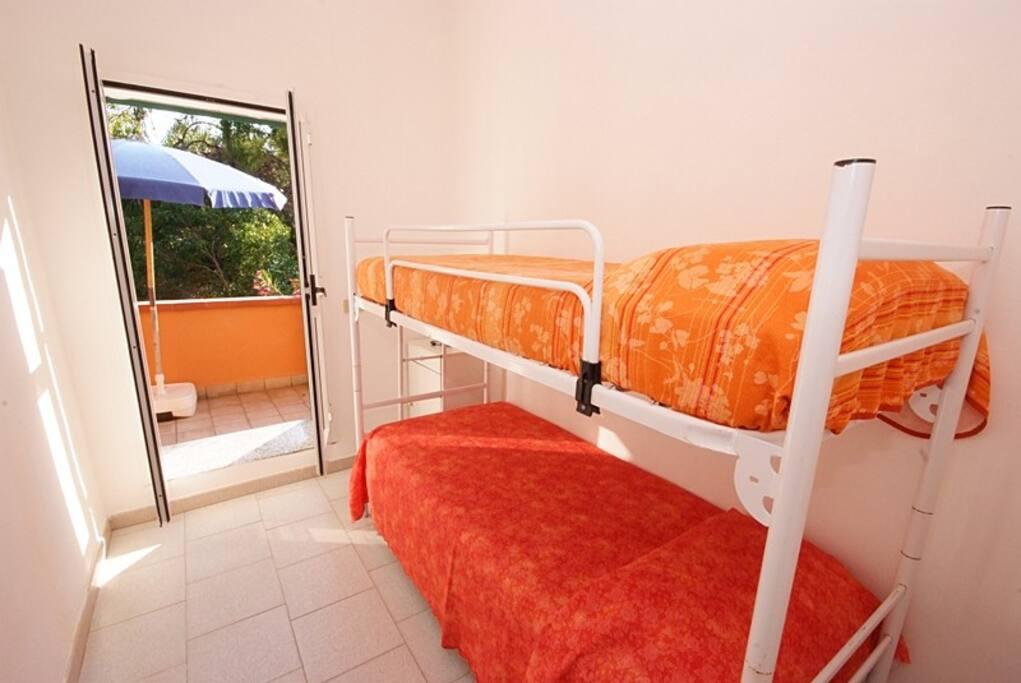 Cameretta; non c'e' più il letto a castello ma un divano letto e un letto pieghevole.