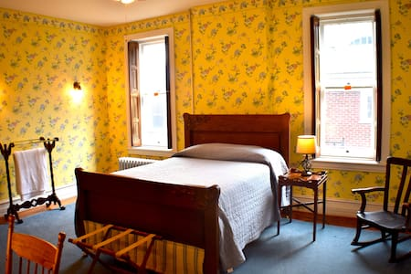 Private Yellow Room w/ TV @ Frederick's House