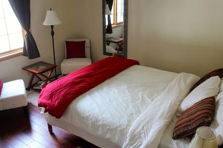 Warm & Cozy Riverdale Retreat Close to Downtown - Уайтхорс - Дом