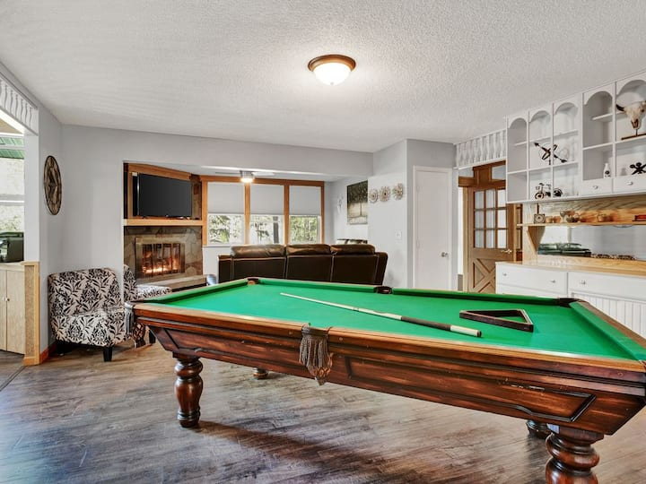 4BR, BBQ Deck, Pool Table, Gas FP, HUGE Lot