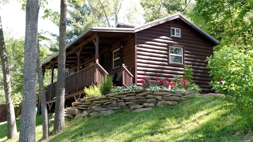 3 Mile Cabin - 3 miles to Downtown, Hot Tub, Views