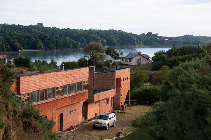Chiloé Family Lodge; Propiedad compuesta por dos recintos independientes: El Loft y la Cabaña. Gran arquitectura revestida con tejuelas de Canelo.