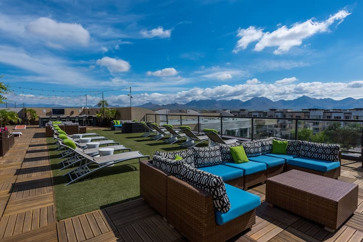 King Beds ❤ Rooftop Deck~Walk to Shopping & Dining