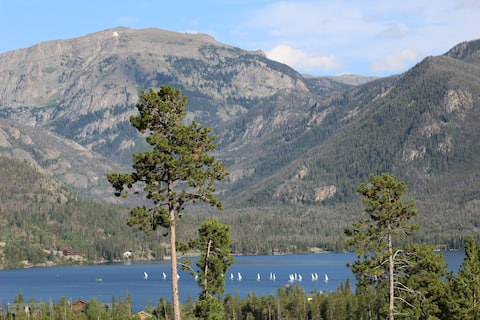 Beautiful 2 BR overlooking Grand Lake & Mountains