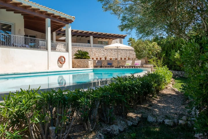 House ample and luminous, swimming pools