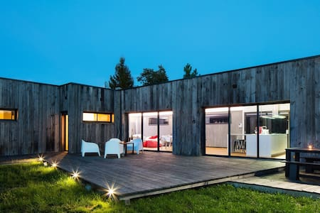 Maison d'architecte avec piscine - St-Jean d'Eyrault - Jordhytte