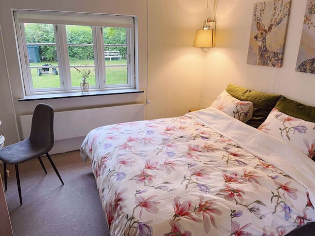 Cosy and clean room with new bed 180x200