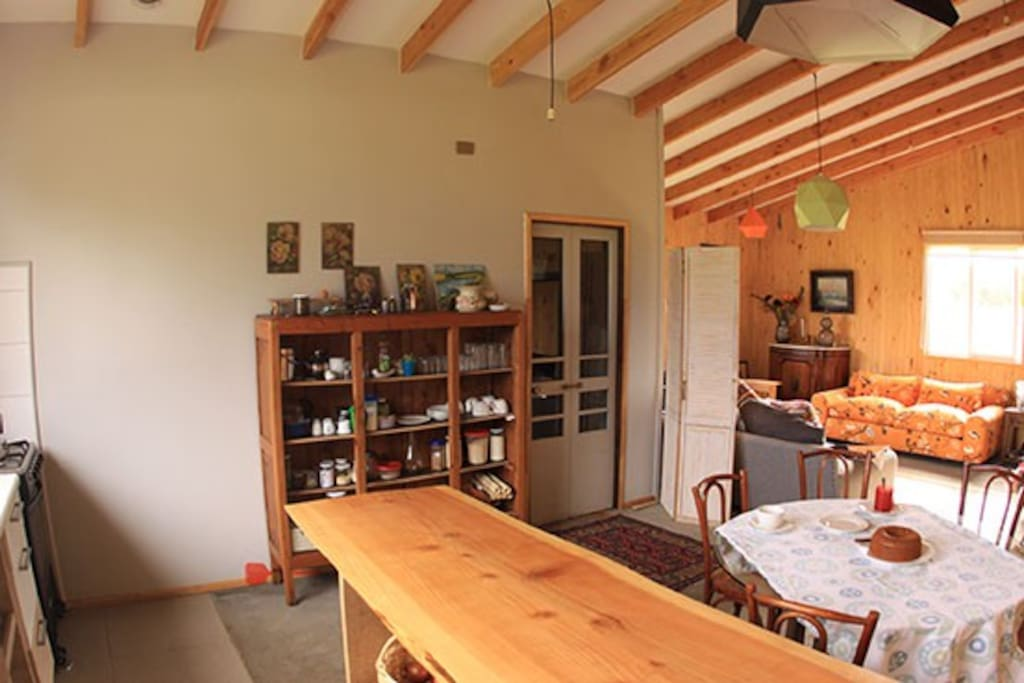 Cocina incorporada  a espacio principal. Completamente equipada.