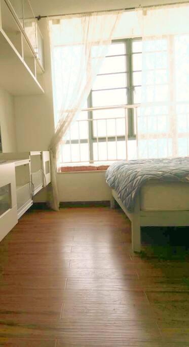 双人卧室的大床,当然您入住进来之前我们会帮您换上漂亮干净的床品哦!