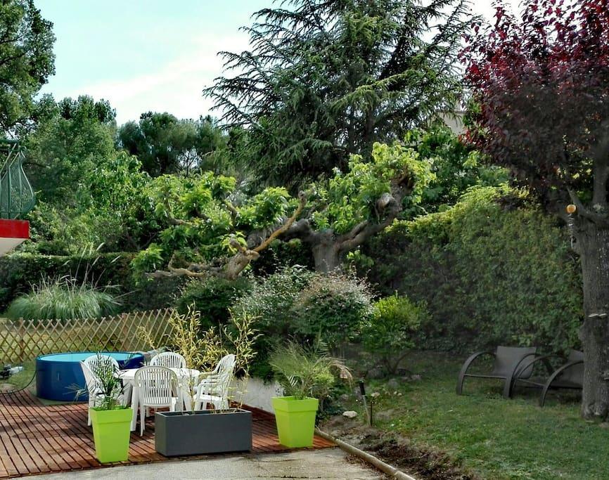 terrasse avec jaccuzi et jardinet