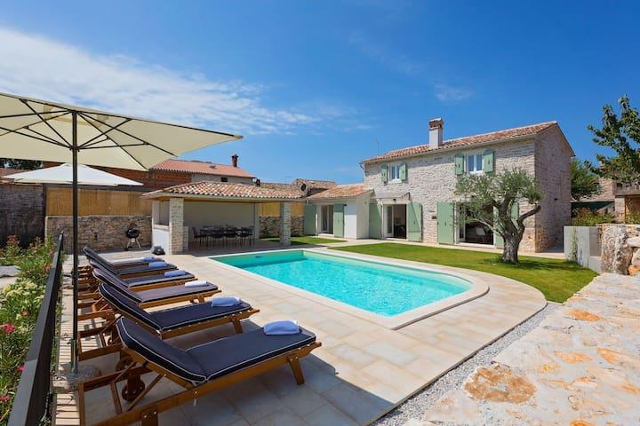 Beautiful authentic villa with pool - Villa Orbani